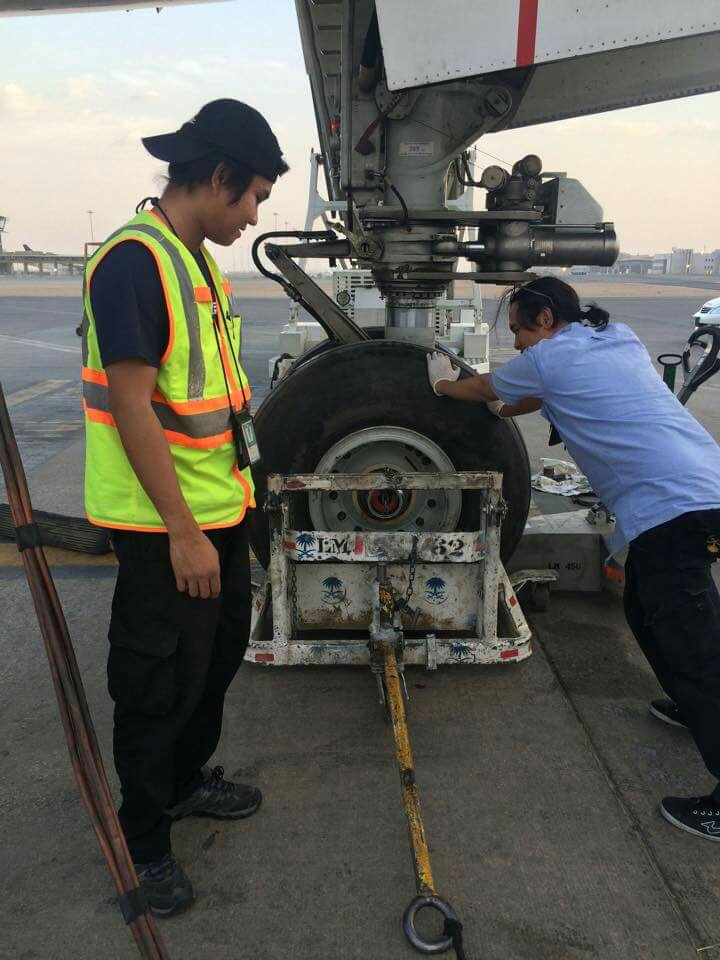 remove & replace nose landing gear tires boeing 777-300er